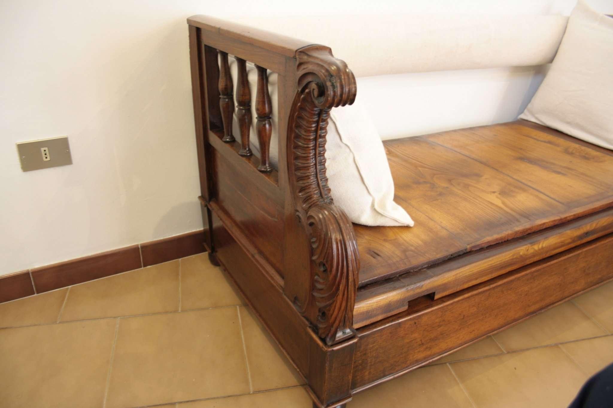 Грудь диван в твердой грецкого ореха, 1870 Тоскана
