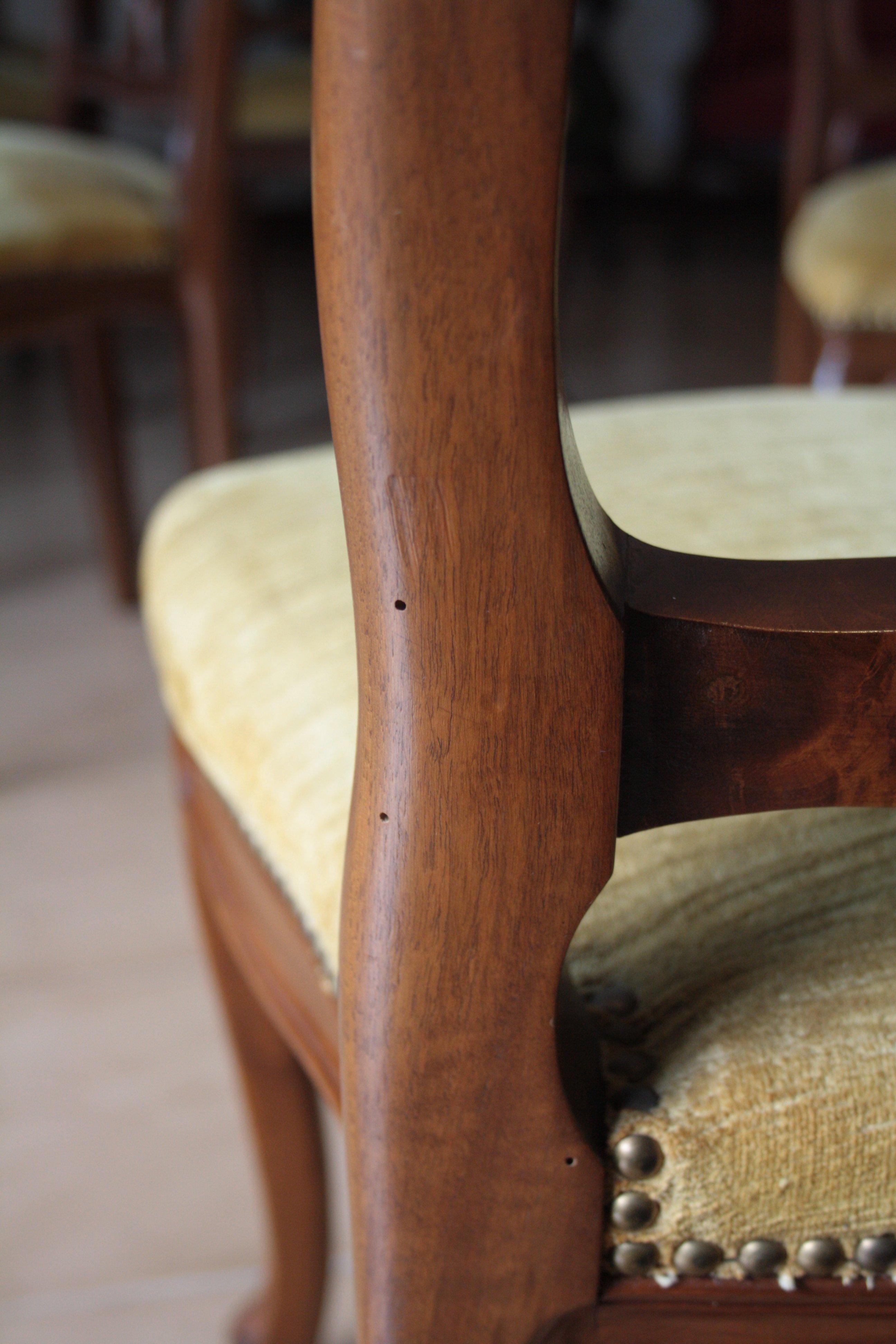 Шесть из орехового дерева стулья