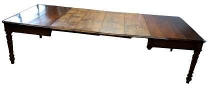 Обеденный стол в 1800 году восстановлен в вишневых и каштанового дерева расширяемых 3 метра
